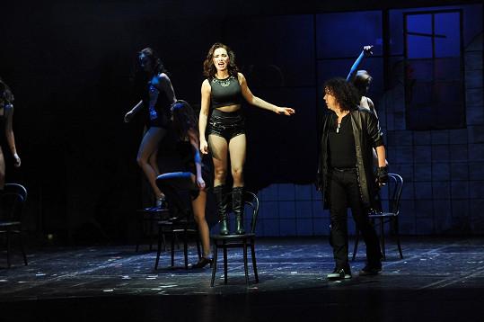 Kamila v sexy modelu v muzikálu Dracula