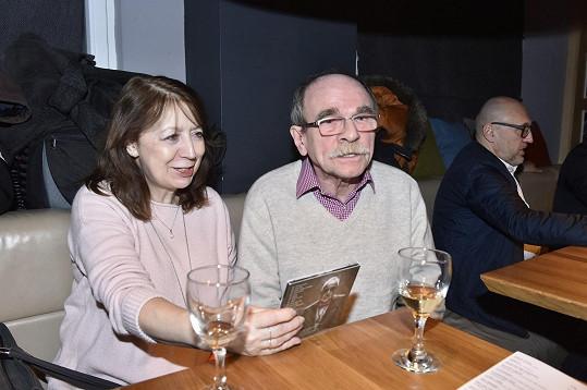 Sklenku si dal aspoň Jaroslav Uhlíř s partnerkou.