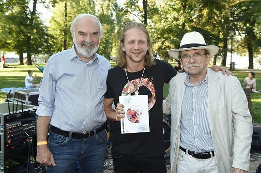 Role kmotrů přijali Zdeněk Svěrák a Jaroslav Uhlíř.