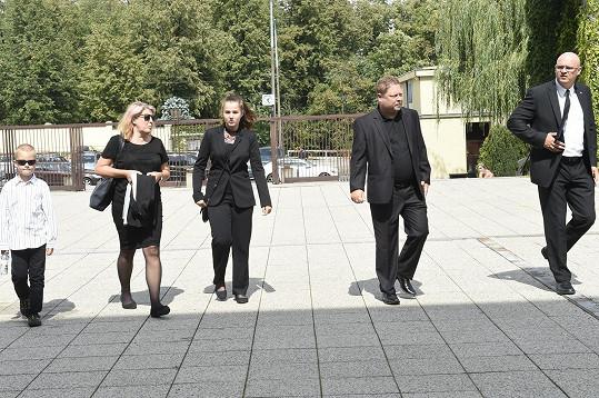 Adam Pavlík s manželkou a dcerou Johanou se přicházejí rozloučit s Ivo Pavlíkem.