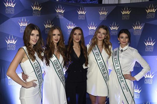 Taťána se svými aktuálními královnami krásy