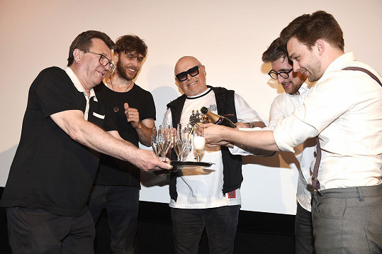 Role kmotra videoklipu se ujal Jiří Korn.