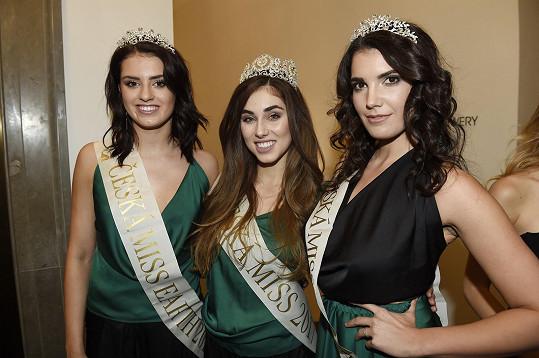 Michaela Habáňová se svými kolegyněmi z ročníku, s Českou Miss Earth Ivou Uchytilovou a Českou miss Supranational Terezou Vlčkovou.