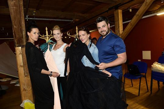 Absolventská módní přehlídka proběhla v rámci galavečera v písecké galerii Sladovna. Své modely zde předvedl i modní návrhář Lukáš Bartoň.