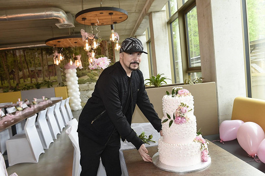 Bohuš nám ukázal i svatební dort.