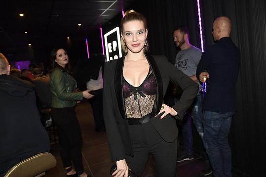 Henrieta na otevření hudebního klubu v pořádně odvážném outfitu