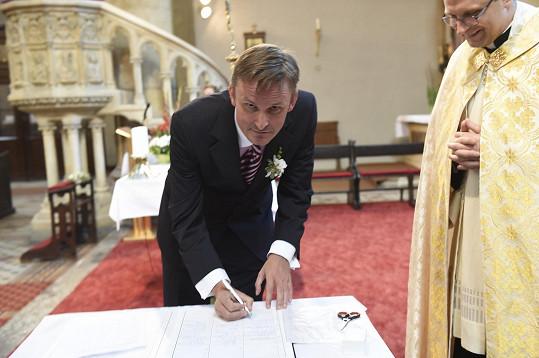 Nevěstě svatbu odsvědčil Filip Janeček.