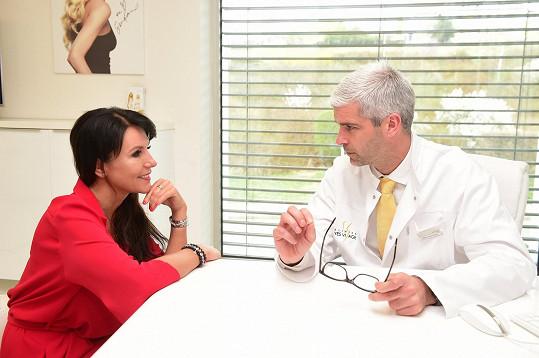 Během konzultace s panem doktorem Peterem Balážem.