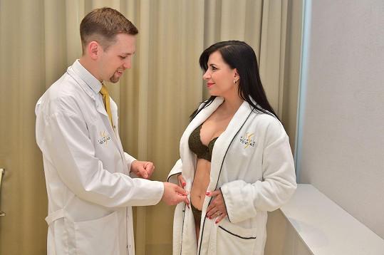 Opět se vložila do rukou plastického chirurga Lubora Mrni z Kliniky Yes Visage, které už modeloval poprsí.
