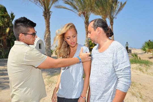 Renata s Marianem Vojtkem poslouchají instrukce režiséra klipu, slavného rappera Raega.