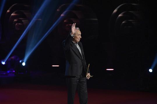 Karel Gott na jevišti Státní opery převzal svého čtyřicátého Slavíka.