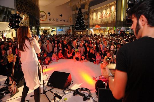 Vrcholem adventního koncertu Celeste se stal song Láska na vlásku ze stejnojmenné pohádky, v níž ztvárnila zpěvačka hlavní roli. Píseň navíc výborně podpořila slavnostní atmosféru akce, která skvěle naladila přítomné na blížící se vánoční vlnu.