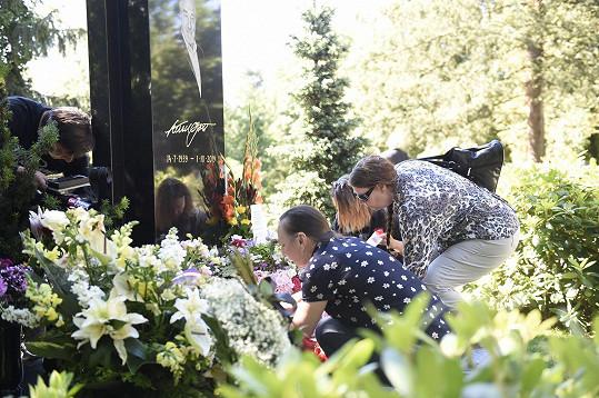 Fanoušci přišli v den nedožitých 81. narozenin Karla Gotta na zpěváka zavzpomínat.