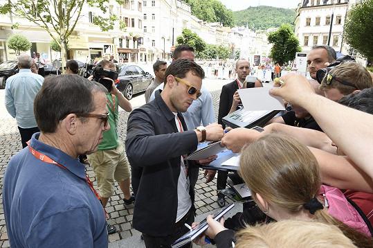 Jamie rozdává podpisy...
