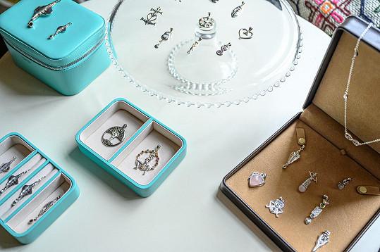 Kolekci šatů doplnila odvážnými šperky.