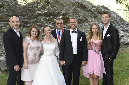 Společné foto všech svatebčanů