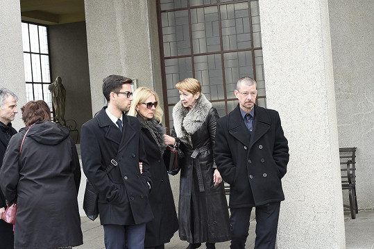 Daniela Kolářová s rodinou po obřadu