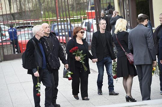 Rozloučit se přišla i zpěvačka Hanka Křížková s hercem Rudou Kubíkem.