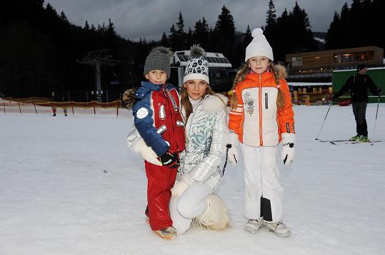 Zimní sporty miluje a vede k nim i své dvě děti.