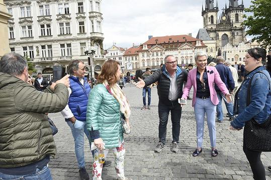 Na Staroměstském náměstí se s ním nadšeně fotili kolemjdoucí.