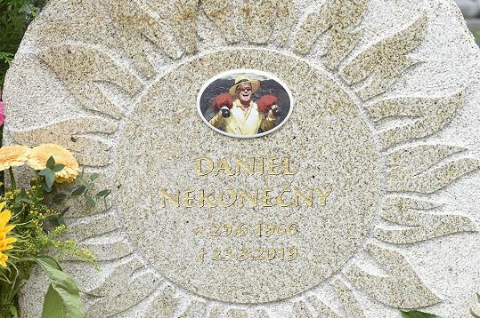 Na náhrobním kameni je vytesáno velké slunce. V něm portrét zpěváka s úsměvem od ucha k uchu, přesně tak, jak si ho všichni pamatují.