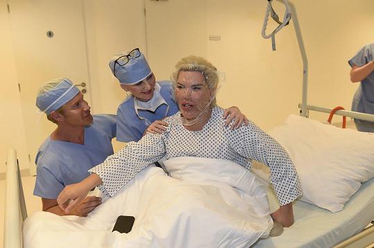 Po zákroku nemusel být hospitalizovaný, odjel do hotelu.