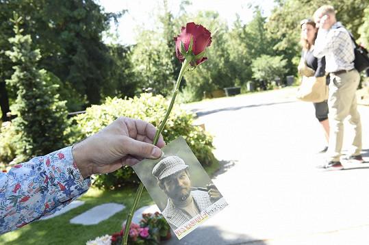 Přinesl růži a fotografii tatínka Rudolfa, který byl blízkým spolupracovníkem a přítelem Karla Gotta.