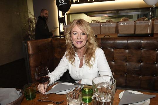 Lucie dorazila na otevření nové restaurace.