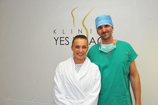 Herečka těsně před zákrokem se svým ošetřujícím chirurgem