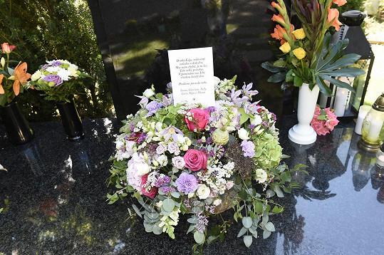Narozeninová kytice a rodinný vzkaz u hrobu Karla Gotta, kde chybělo jméno Dominiky.
