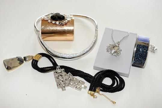 Pro Rázlovou připravila stylistka šperky Swarovski.