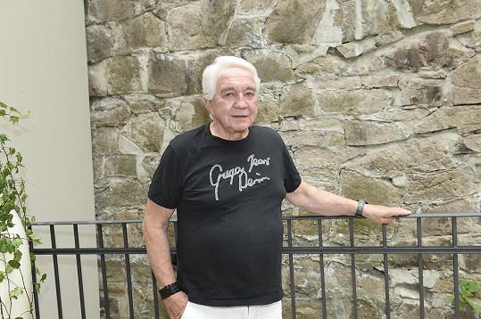 Jiří Krampol přijel na skok do Karlových Varů, kde prezentoval nové knihy o Belmondovi.
