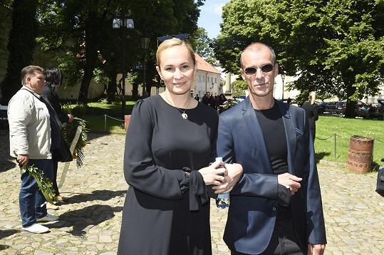 Monika Absolonová, která na mši zpívala, dorazila s kolegou Rudolfem Kubíkem.