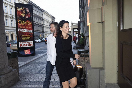 Jiří Langmajer v muzikálu Čas růží hraje. Na premiéru přišel s Adélou Gondíkovou jako divák.