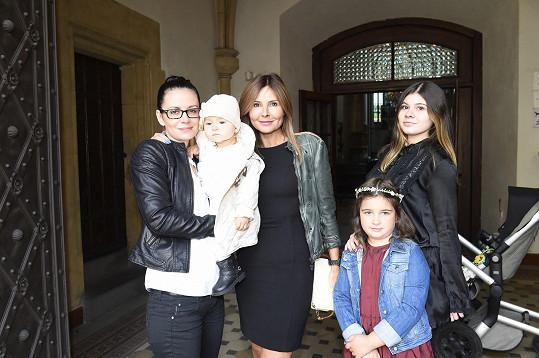 Partnerka Sagvana Tofiho Alena Zdarsová s dcerami Sárou a Satine dorazila s produkční Dětí ráje Jájou Klíčovou a její dcerou.