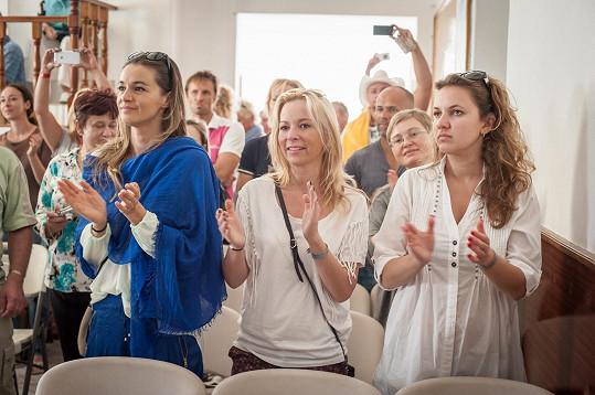 Iva Kubelková se skvěle bavila. Reportérka VIP zpráv Andrea Košťálová zřejmě nebyla naladěná na nebeskou notu.