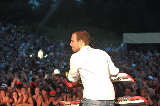 Jan Maxián to umí na pódiu rozjet tak, že se fanynkám podlamují kolena.