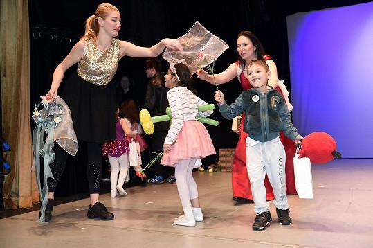 Herečka pracovala mj. na představení s dětmi z dětských domovů.
