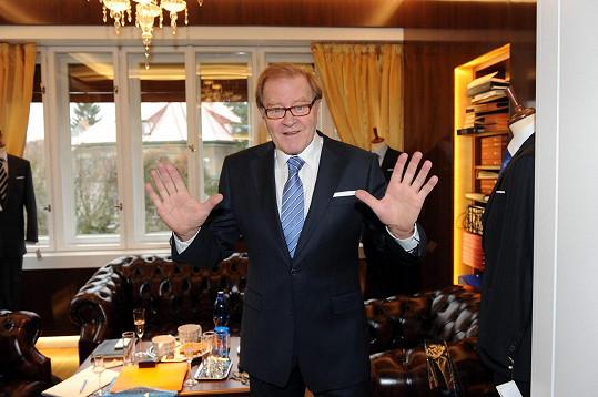V luxusním obleku se Jan Vlasák moc necítil.