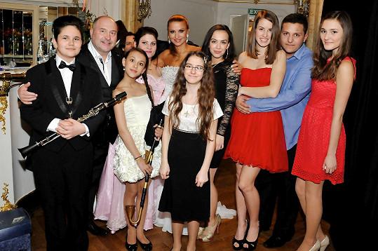 S Michalem Davidem a talentovanými dětmi, které na koncertě zpívaly.