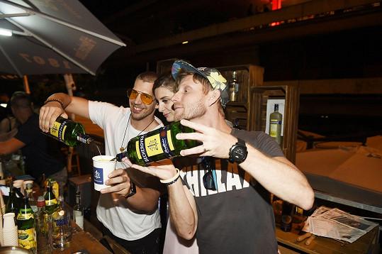 Ten řádil na baru s hercem Mírou Noskem a jeho partnerkou.
