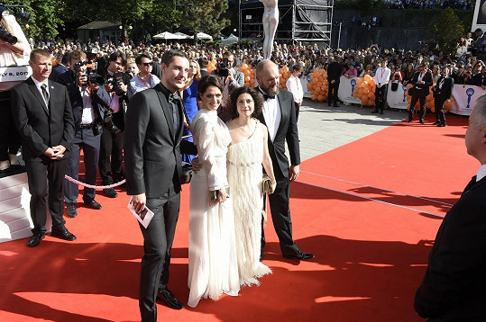 Klára a Martha Issovy se svými partnery