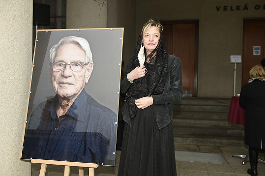 Na pohřbu Vadima Petrova bylo široké příbuzenstvo včetně dcery a Lindiny maminky Taťány Vojtové.