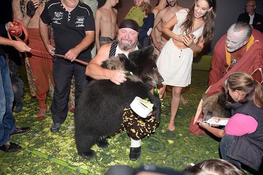 Na sté repríze se setkal se skutečnými medvědy.