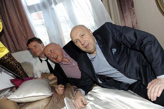 Ten spolu s Felixem Slováčkem a starostou Oldřichem Lomeckým vyzkoušel, jak by si po večírku mohli odpočinout.