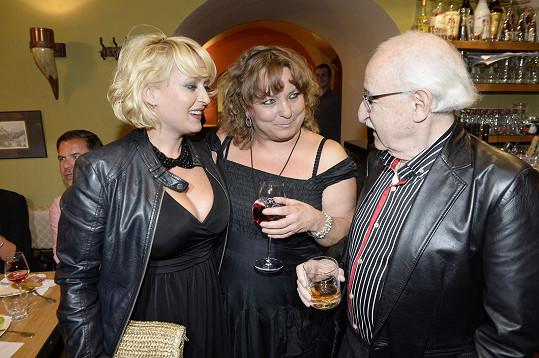 Miluška na večírku s režisérem Jurajem Herzem a jeho partnerkou Martinou Hudečkovou