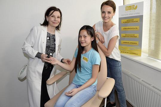 S jednou z dívek, které má pod patronátem, absolvovala návštěvu na estetické dermatologii.