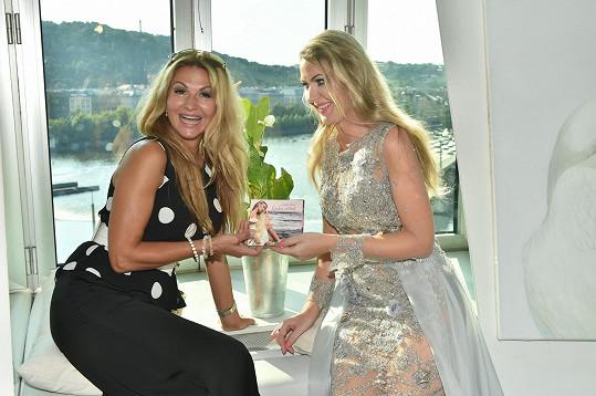 Yvetta Blanarovičová a Lenka Graf se rozplývají nad novým albem.