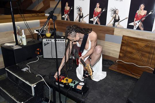 Zpívající kytaristka před vystoupením