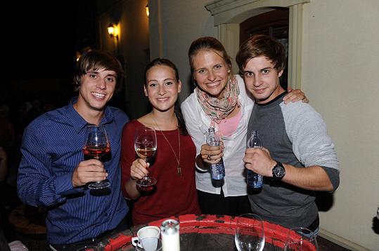 S kolegy ze seriálu Vinaři (zleva Tomáš Materna, Anna Fialová, Alzběta a Jan Brožek).